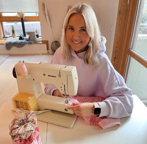 Elisabeth Tveit sammen med symaskinene hun har arvet av farmor Magnhild.