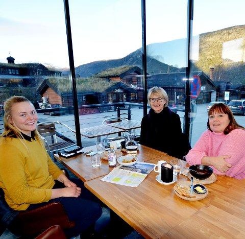 Nettverk:  Marit Sletten, Brit Oline Forberg og Eli Johanne Lundemo i Kvinnenettverket i Lom og Skjåk arbeider for å få flere kvinner høyt på valglistene.  Solrun S. Snilsberg