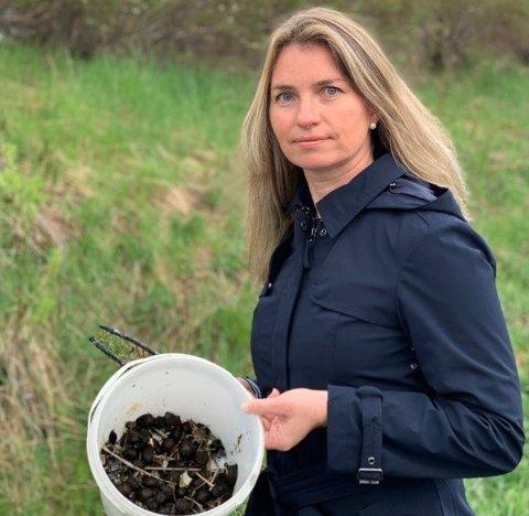 TIL KAMP: Katja Driveklepp fra Harestua plukket 200 brunsnelgler på en halvtime søndag kveld. Nå oppfordrer hun til dugnad.