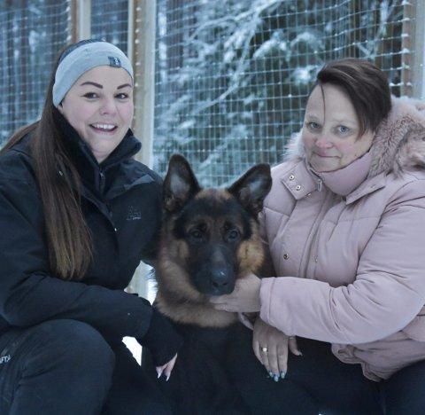HUNDEBARNEHAGE: Jeanette Bøe Myrvang (t.h) kjører tur-retur Sarpsborg to ganger i uken for å levere hunden «Heiko» i hundebarnehagen til Cathrin Kolberg.