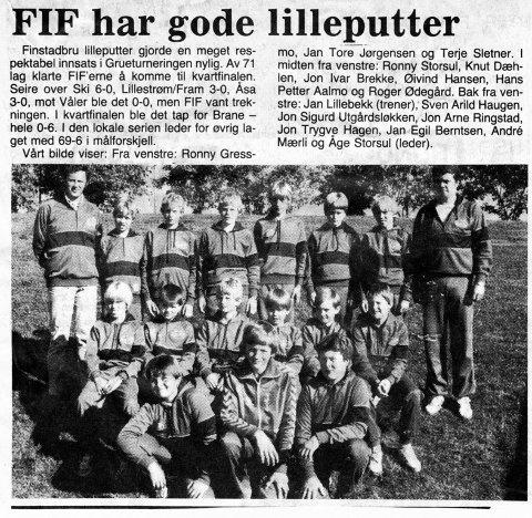 PIONERER: Trener Jan Lillebekk (bak t.v.) og oppmann Åge Storsul  i FIF var forut for sin tid på 1980-tallet. Hederskarene lot alle spillerne slippe til utpå banen, samme hvor elendige de var med kula. Laget vant serien hvert år likevel. Tenk det.