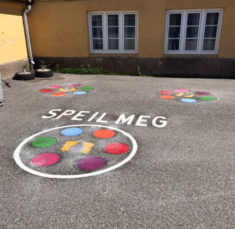PYNTET: Skolegården på Volla skole har blitt mer fargerik, etter at skolen fikk penger til å pynte den opp. Motivene skal brukes i undervisningen og til aktiviteter.