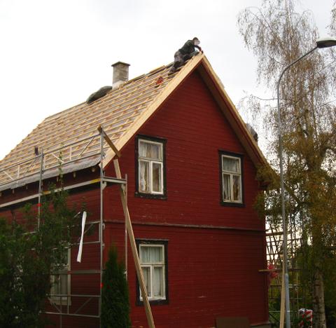 LIVSFARLIG: Det hender Arbeidstilsynet får melding om at håndverkere jobber uten sikring i høyden. Dette bildet, som ikke er fra Vestfold, viser et eksempel som utløser bøter på inntil 150.000 kroner.