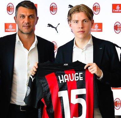 I kamptroppen: Jens Petter Hauge (20) her er under legenden Paolo Maldini i det han ble presentert som AC Milan-spiller på torsdag. Tre dager senere kan få debuten for sitt nye lag.