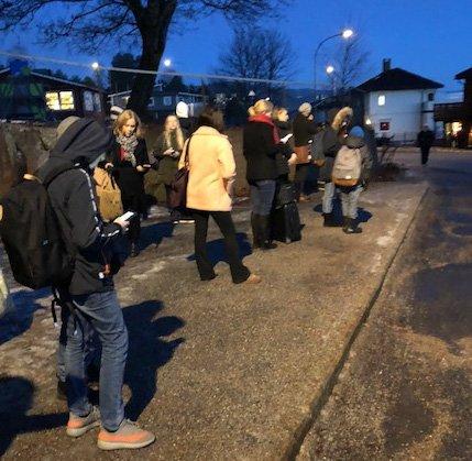 Flere sto og ventet lenge på bussen på Hedensrud fredag morgen.