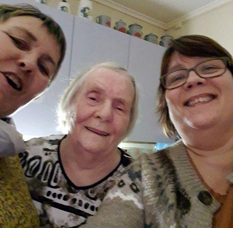 Bente Floer, Ruth Hansen og Mariann P. Bårdsnes ønsker å gi flere en god jul. Ideen til lotteri fikk de etter å ha vært på Repvåg og hentet 90 hjemmestrikkede lester og pledd hos Ruth Hansen.