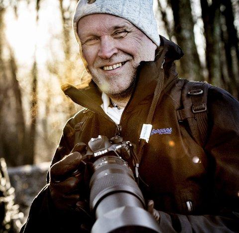 Natur først, så foto: Øivind Lågbu går ofte turer i skogen og ved vannet, kameraet løfter han opp stadig vekk. Når han ikke er ute i naturen, og mest om vinteren, ser han gjerne serier og filmer på tv, det blir flest dokumentarer og naturfilmer. – Nå ser jeg blant annet «Herrens veier» sesong to på dansk tv. Jeg leser mye, men det blir for lite skjønnlitteratur, sier han.