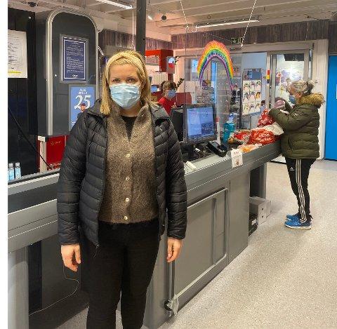 Smittevern: En tur innom den lokale dagligvareforretningen fredag viste ordfører Aase Refsnes at smittevernet ble godt ivaretatt.