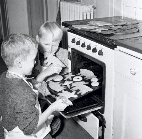 JULEBAKSTENS BESTE ÅR: Velstandsutvikling og hjemmeværende husmødre gjorde etterkrigstiden til julekakebakstens storhetstid. Her er to smågutter i aksjon i 1954. Foto: Aage Storløkken/NTB scanpix