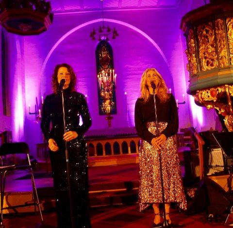 STERKE STEMMER: Trine Rein og Eli Kristin Hanssveen fremførte både nye og gamle julesanger til glede for et publikum som fikk oppleve to sterke stemmer under førjulskonserten i Tingelstad kirke.