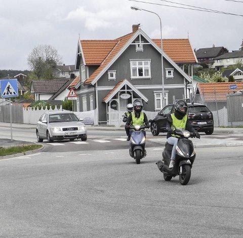 Fin flyt: Maiken Palm Titland (foran) og Nora Fagerli mestret trafikkflyten i rundkjøringen på Brødløs bra.