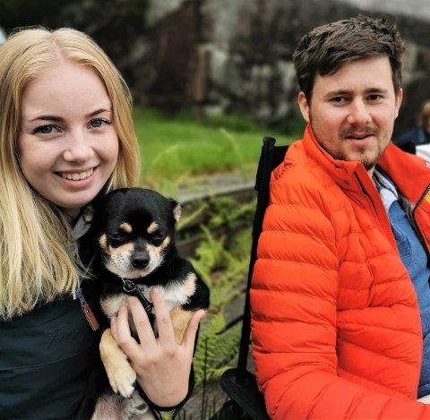 JACKPOT: Amalie Knutsen og Christer Berge med valpen Dexter.