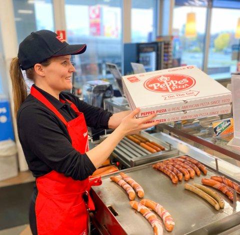 TATT GODT IMOT: Tonje C. Stabell er  stasjonsdriver Circle K Hesseng. Hennes stasjon har solgt flest pizzaer i hele Finnmark det siste halve året.