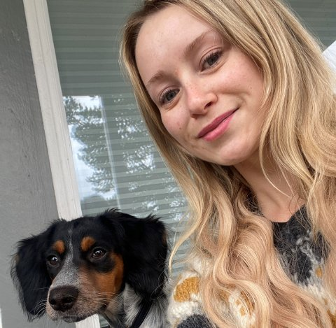 """SKREMT: Charlotte Toft (30) og valpen """"Ella"""" ble begge skremt av opptrinnet på deres egen veranda lørdag kveld."""