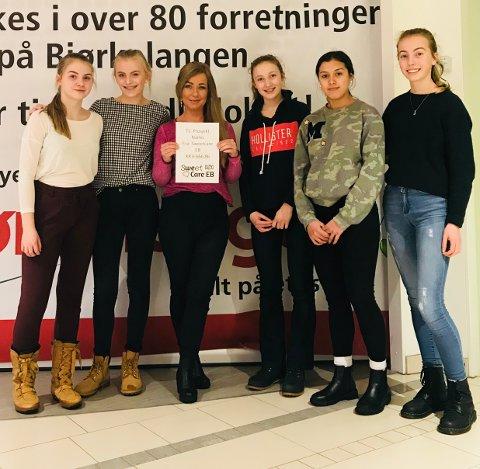 GIVERGLEDE: Heidi Aastad er strålende fornøyd med å ha fått overskuddet fra jentene i SweetCare EB fra Bjørkelangen skole. FOTO: PRIVAT