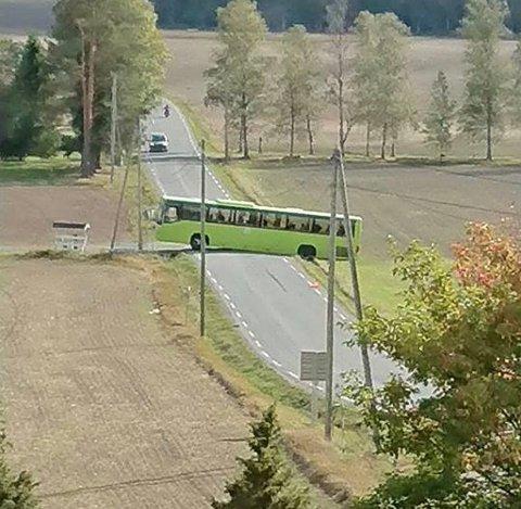 PÅ TVERS: Skolebussen sperrer fylkesveien mellom Spillhaug og Haugrim. FOTO: PRIVAT