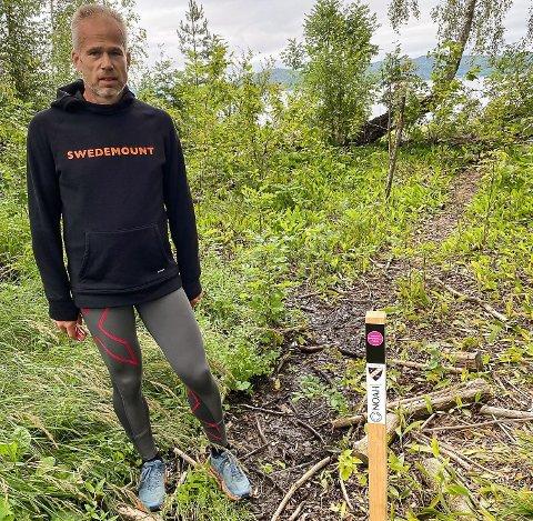Rå på å finne stolper: Jens Kirkebø fra Fredrikstad ved en av de 14 stolpene han fant fram til på Langøya. Foto: Lene Notø