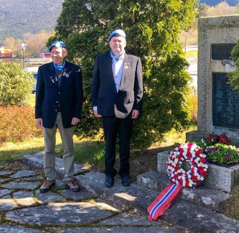 MARKERING: Veteranane Svein Rekkedal (t.v.) og Atle Holm stod for kransenedlegginga ved minnebautaen ved Husnes kyrkje laurdag føremiddag.