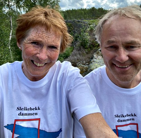 AKTIVISTER: Ordfører Kari Anne Sand og Frode Rogstad med tydelig budskap på T-skjortene ved Sleikebekkdammen.