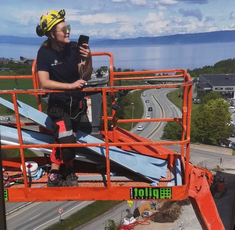 Malin Skaug på toppen av Trondheim i forbindelse med arbeid.