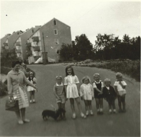 1963: Utenfor blokkene i Holmliveien 1963. Se flere bilder ved å klikke på pilene.