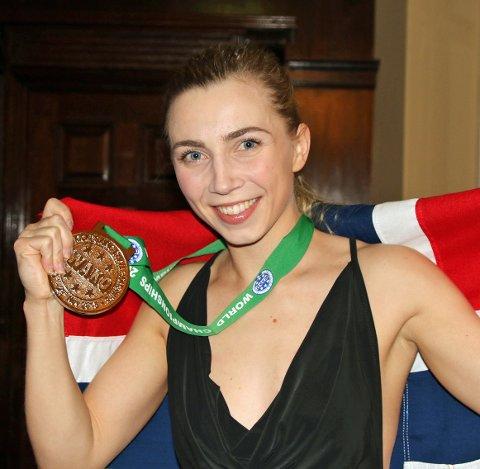 SØLVJENTE: Kristin Vollstad tok sølv under VM i kickboksing. Neste gang hun går i ringen kan det bli i Tromsø. Nordreisa-jenta har fått tilbud om å stille opp på et stevne i januar. Foto: Per Andreas Ringsby