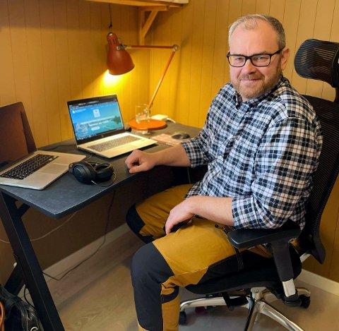 SCENER FRA ET KONTORLANDSKAP: Lars Fredrik Mørch, daglig leder i Namdalskysten Næringsforening, ser verdien av digitale hjelpemidler når det må jobbes hjemmefra. Men det er ikke alt som fungerer like godt på Teams: – Det er lite som slår en uformell prat over en kopp kaffe når man skal bygge et godt arbeidsmiljø, mener Mørch.