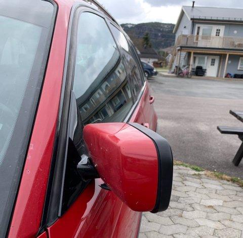 ØDELAGT: Speilet ble ødelagt og lufta sluppet ut av dekkene da denne bilen sto parkert utenfor Bergfossenteretpå Dokka.