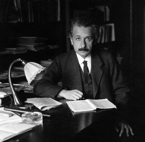 Her er Einstein fotografert på sitt kontor på universitetet I Berlin I 1920. På dette tidspunktet er geniet 41 år.