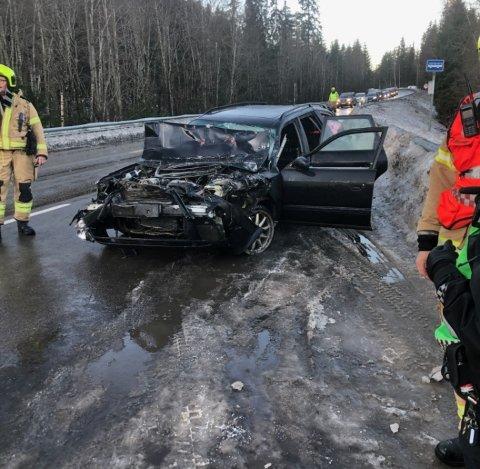 SAMMENKLEMT: Personbilen ble klemt mellom to lastebiler. Føreren av bilen ble sendt til Hamar sykehus med ukjent skadeomfang.