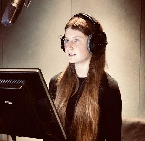 Hovedrolle: Alva Schavenius fra Sarpsborg har hovedrollen når «Vår ruler» får premiere på NRK Super på nyåret. Her er hun i lydstudioet i Oslo, for å dubbe stemmen til Vår.
