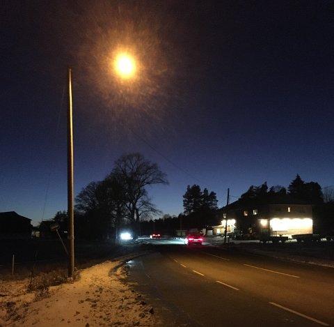 BLE LYS: Nå er det lys på bussholdeplassen ved Oldtidsveien vis-à-vis Hagesenteret.