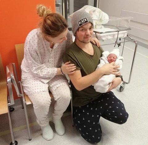 STOLTE: Selv om graviditeten ikke var planlagt var Frøy Athena fyllt med kjærlighet fra første stund. Her med de stolte foreldrene Randi Andersson (22) og Tore Aronsen Brustad (23).
