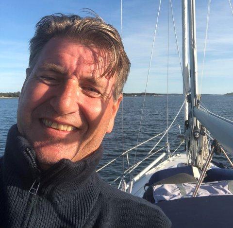En nervøs Stein Erik Lauvås (Ap) hadde valgvake alene i seilbåten i Oslofjorden mandag kveld og natt. Nå kan han smile.