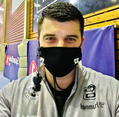 SMILER BAK MASKEN: Hovedtrener Zarko Pejovic er bosatt i Horten. Det gjør at han må lede Flint-treningene med maske.