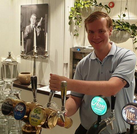 ALLSIDIG: - Det å være servitør betyr at det er mange ulike arbeidsoppgaver, og det er det alltid noe som må gjøres, sier Thor Sommerstad.