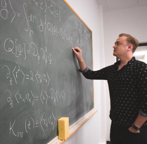 FLINK KRYLLING: Her holder Kristian Stølevik Olsen på med å løse avanserte ligninger. 29-åringen tok nylig doktorgrad i fysikk.