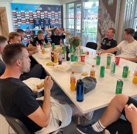 SPESIELL OPPLADNING: MIF-spillerne fikk ta seg en øl til maten under spillerlunsjen fredag.