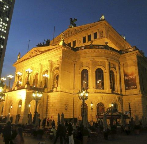 Alte oper: En av Tysklands mest staselige kulturbygg badet i forventningsfullt gult lys i minuttene før DNB tolket Debussy der sist onsdag.  foto: Tom Skjeklesæther