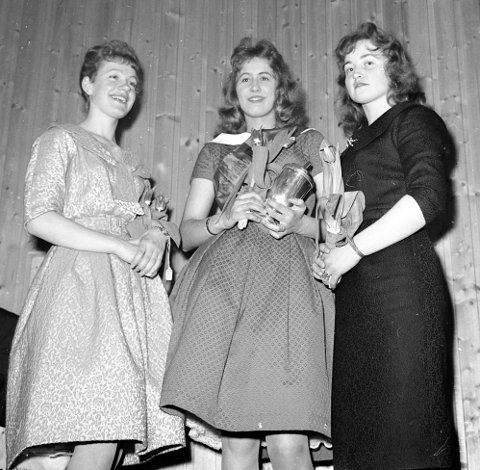 MISSEN OG TERNENE: Miss Vadsø 1960, Sissel Dallavara, flankert av ternene Anne Lise (Berg (t.v.) og Solveig Raudajoki.