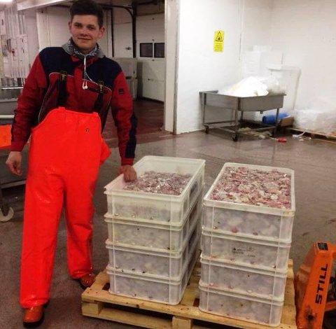 REKORDHOLDER: Jørgen Andreassen viser fram de 315 kiloene med torsketunger som sikret han den uoffisielle verdensrekorden i tungeskjæring.