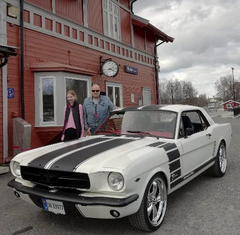 ENTUSIASTER: Michelle og Hans Olav Fangan er begge begeistret for «Fangan's Special Edition», en noe modifisert Ford Mustang fra 1965.FOTO: DAG SKOGLUND