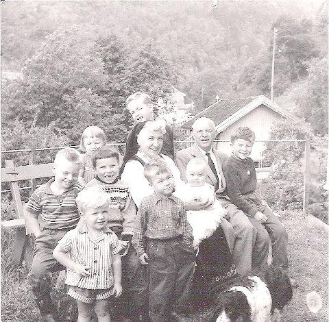 Her er jeg på bestefars kne ca 1955 i Langangen.