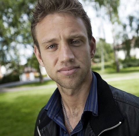 FUNNET DØD: Artisten Paul Simmons fra Lillestrøm ble i 2015 funnet død på sitt eget hotellrom. Politiet mener to menn dopet han ned og drept ham.