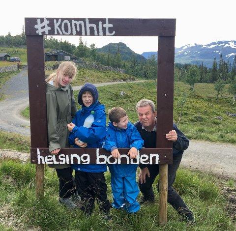 Poserer: Tilia, Tiki og Tio poserer med bonden sjøl, Knut Rogn Tveit, ved stølsramma som er satt opp ved Tveitastølane.