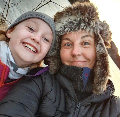 LAGET REBUS: Olivia Cappelen (10), Caroline Cappelen og familien har laget en rebus ute i marka, med oppgaver man kan løse underveis.