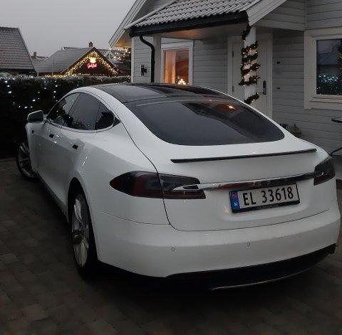 STJÅLET: Denne hvite Teslaen er sporløst forsvunnet.