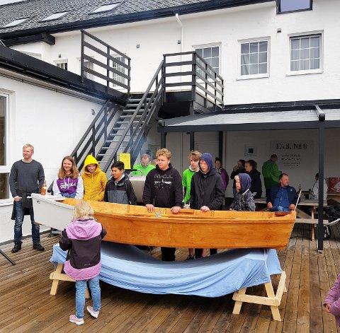 VELDIG FORNØGD: Dei unge båtbyggarane er veldig fornøgd med resultatet. Elevane på arbeidslivsfaget har bygt båten under kyndig leiing av båtbyggar Bjørn Ådne Kvalvik. Båten har fått namnet ALF Havørnen.