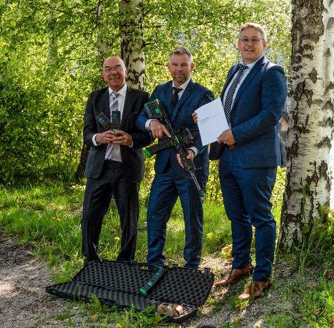 AVTALE: Fra venstre markedssjef i Keytouch Arild Henriksen, COO og gründer i Green Ammo AS Steffen Botten og Hans Arne Flåto, styreleder og eier av Keytouch.