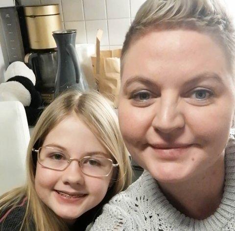 HYGGELIGE OPPLEVELSER FØR JUL: Carmen og Raija Anneli R. Wilhelmsen har sammen delt en gladsak på Facebook. Noe som det av og til er litt for få av, mener mamma Raija Anneli.